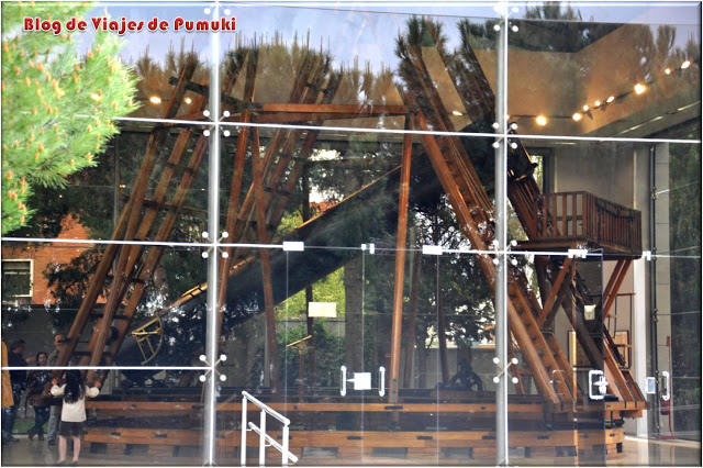 Telescopio Hershel dentro de edificio de cristal en Madrid