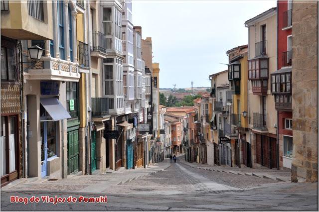 La empinada calle Balborraz en el centro de Zamora.