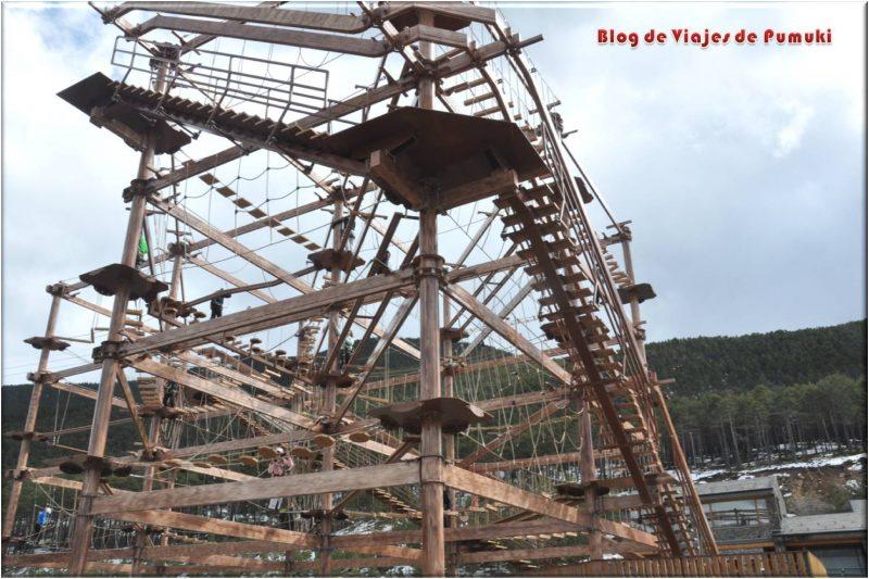 Airtrek son las tirolinas del parque de ocio Naturlandia en Andorra. Están montadas sobre una estructura de madera
