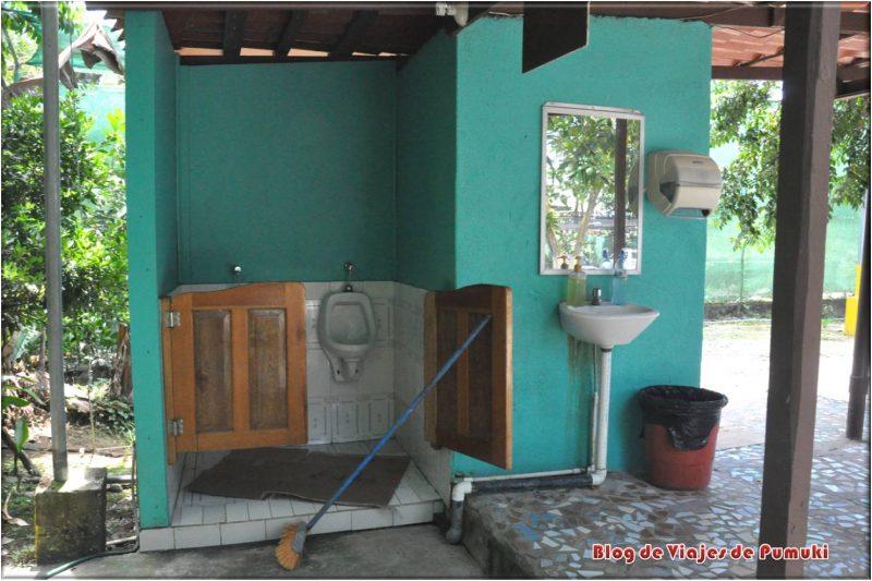 WC en el aparcamiento o parqueo de Sixaola