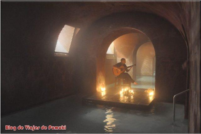 Piscina de agua caliente y música de guitarra en el Hammam Al-Andalus de Madrid