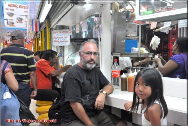 Comiendo en el Mercado de San José de Costa Rica