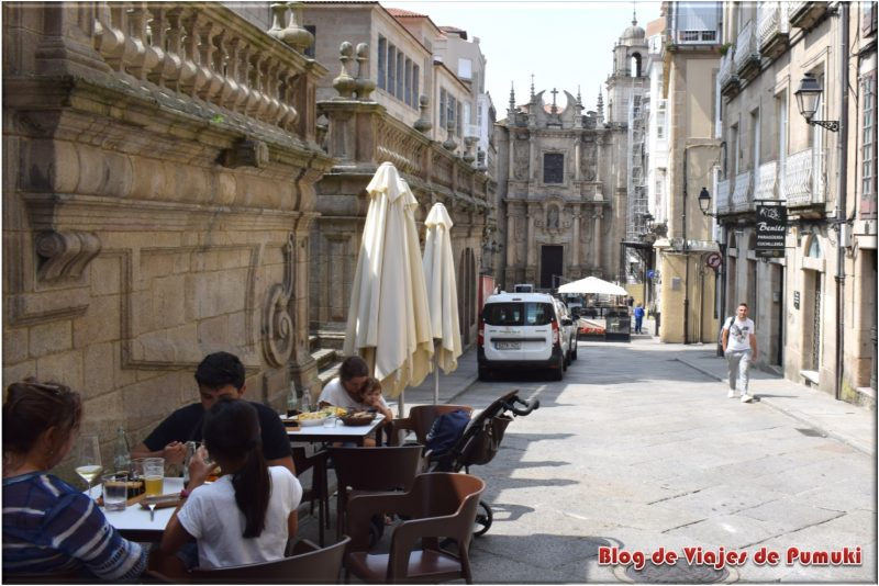Comiendo con la Iglesia de Santa Eufemia, al fondo en Orense o Ourense