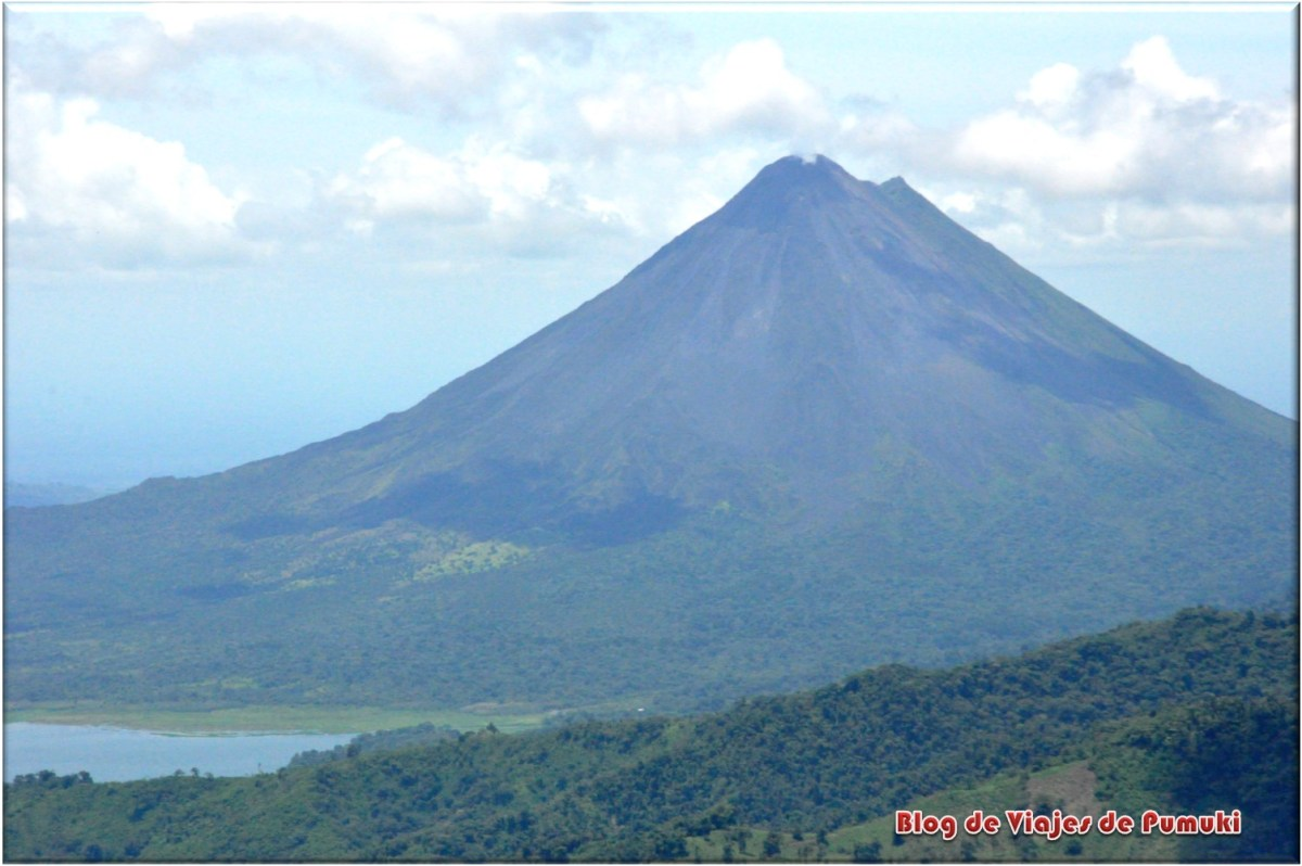 Volcan junto al lago Arenal