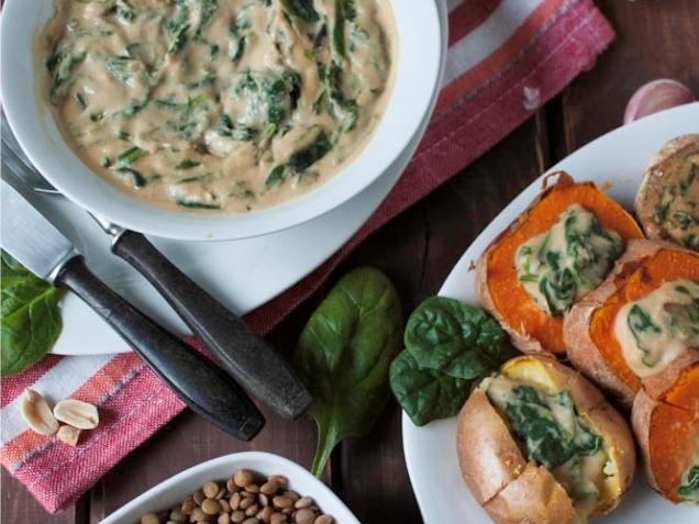 Aksamitny sos z fasoli i orzechów ze szpinakiem