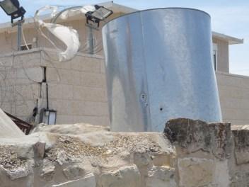 Une cuve d'eau potable percée par balle