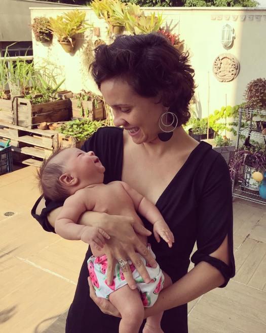 Imagem de mãe e bebê ao ar livre