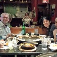 Lily og Lars på besøg i New York hos deres DIS-studerende Ivy og hendes mand Kunle. Lige her nyder de koreansk BBQ.