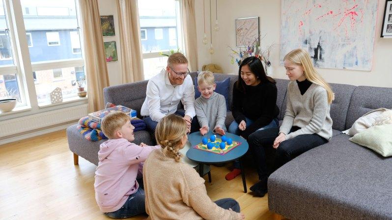 Celina spiller og hygger med sin værtsfamilie i deres hjem i Valby