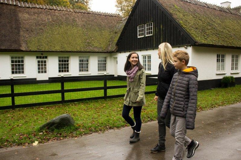 værtsfamilie og studerende på gåtur i dyrehaven