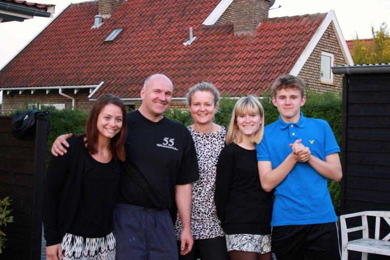 værtsfamilie hygger sig i haven