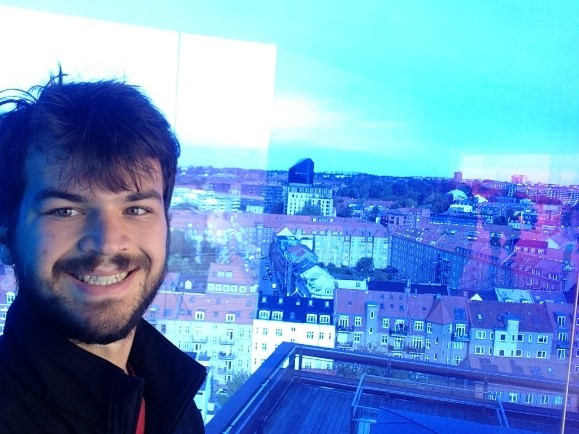 Josiah ser ud over København