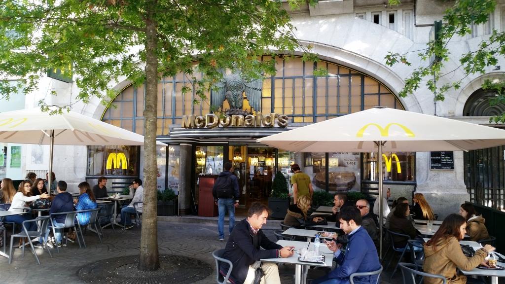 O ambiente externo do McDonald's Imperial - mais do que uma simples lanchonete americana.