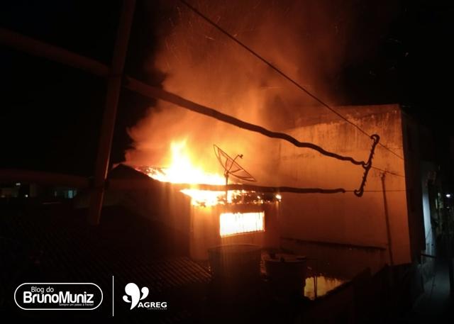 Incêndio de grandes proporções atinge residência em Santa Cruz do Capibaribe