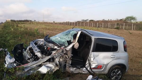 Veículo colide em caminhão carregado de cerveja e resulta em morte