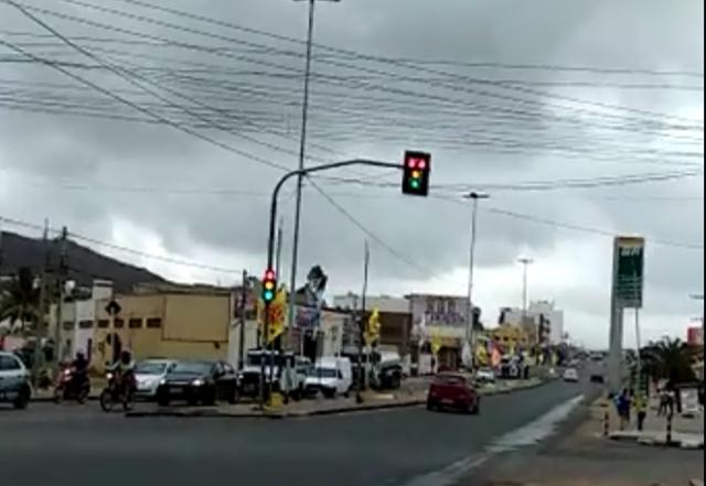 Motoristas confusos – Semáforo quebrado atrapalha o trânsito de Santa Cruz do Capibaribe