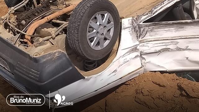 Motorista colide em veículo, capota carro e foge em Santa Cruz do Capibaribe