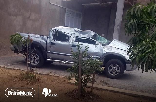 Veículo com estudantes de Santa Cruz do Capibaribe capota e deixa feridos