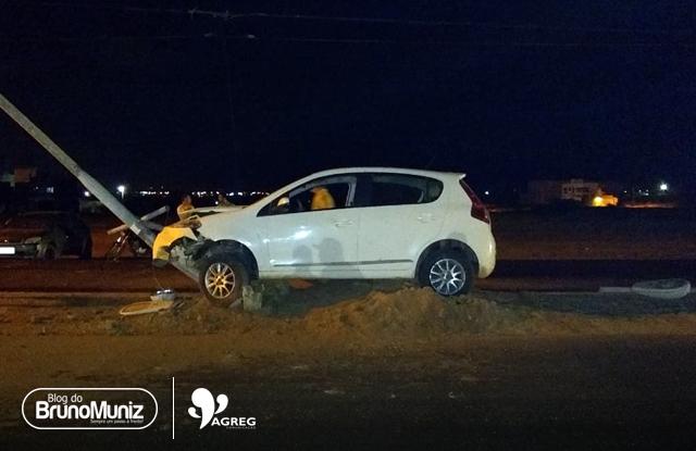 Condutora colide em poste de iluminação em Santa Cruz do Capibaribe