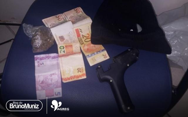 Indivíduos são detidos com maconha, simulacro, balaclava e dinheiro em Santa Cruz do Capibaribe