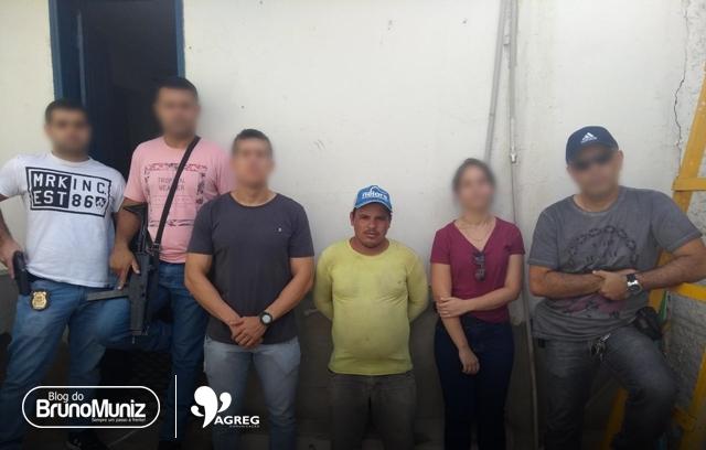 Policiais dão cumprimento a um mandado de prisão contra um homem acusado de estupro