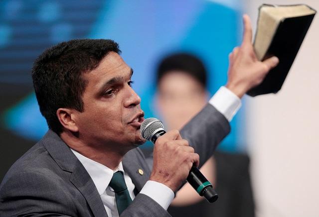 Figura marcante dos debates e dono de 1,3 milhão de votos, Cabo Daciolo decide não apoiar ninguém no 2º turno