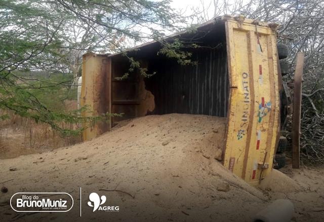 Caminhão tomba no Sítio Algodão, em Taquaritinga do Norte