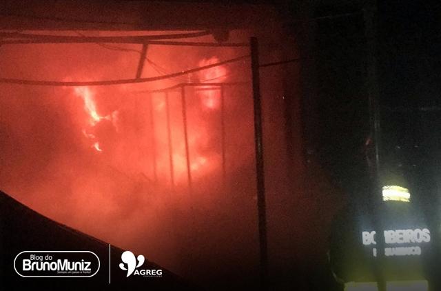 Estabelecimento pega fogo em centro de compras de Santa Cruz do Capibaribe