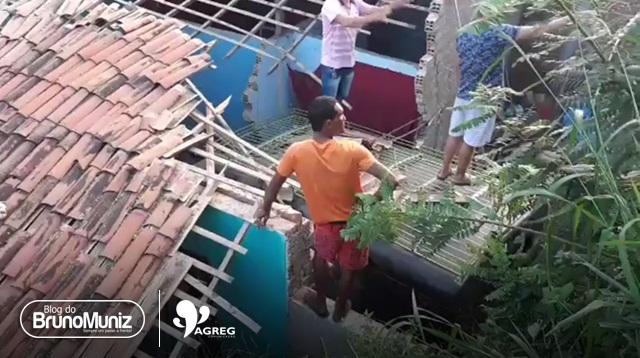 Toyota desgovernado desce ladeira e cai em cima de residência no município de Brejo da M. de Deus