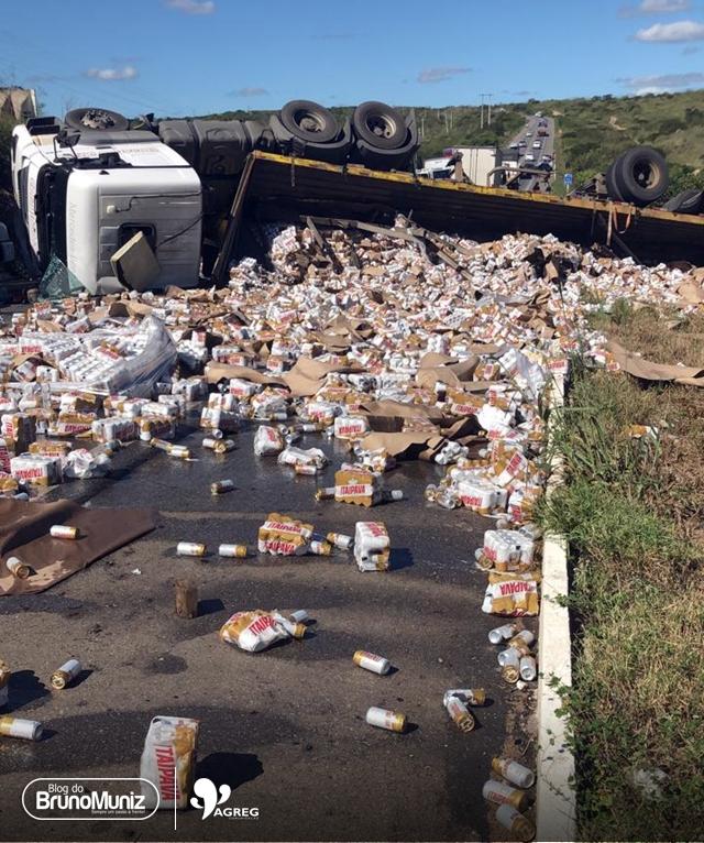 Caminhão carregado de cerveja tomba e carga é saqueada na BR-232, no Agreste