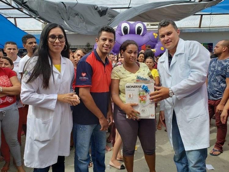 Mães de detentos em Santa Cruz do Capibaribe recebem presentes e homenagens do Projeto Mãe Feliz