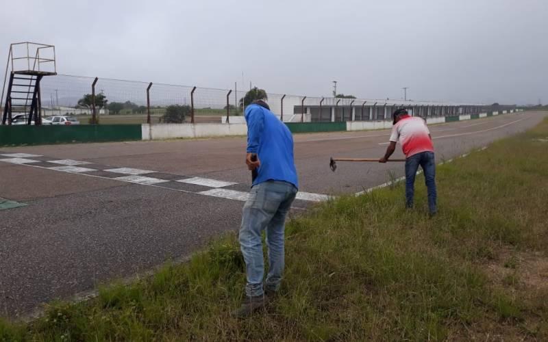 Reeducandos do regime aberto reforçam limpeza no Autódromo de Caruaru para o Campeonato Norte e Nordeste de Marcas e Piloto