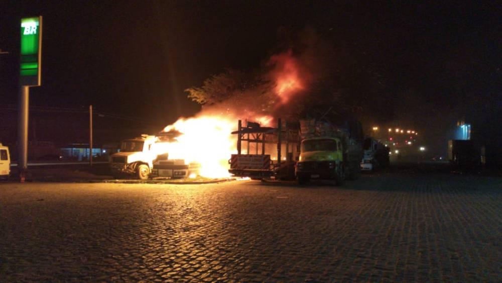 Ônibus é alvo de Incêndio em Santa Cruz do Capibaribe