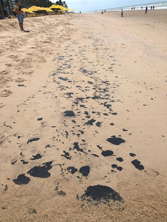 Óleo invade praias pernambucanas e as deixam impróprias para o banho