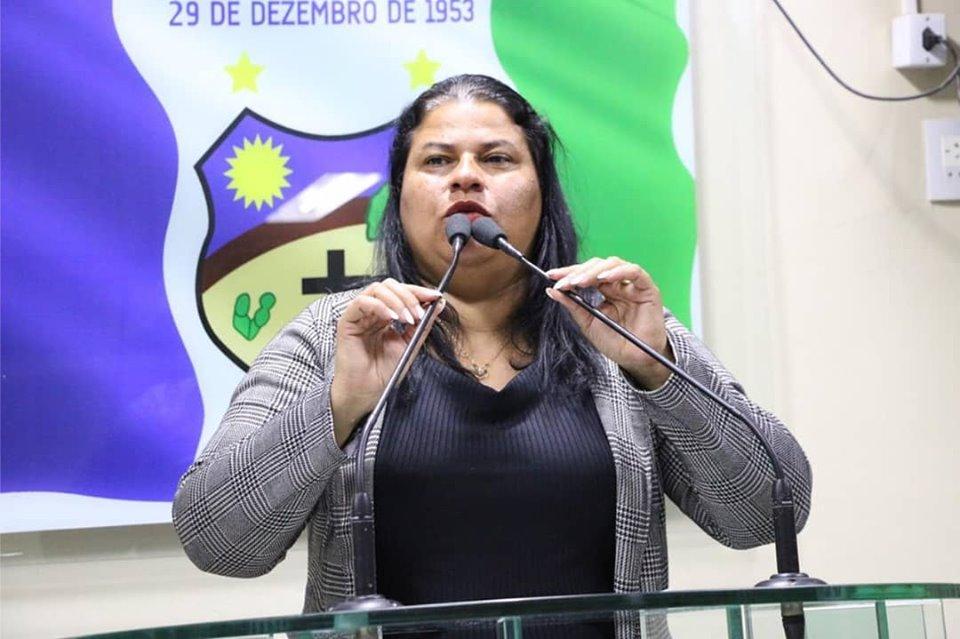 Jéssyca Cavalcanti diz que escolas estaduais de Santa Cruz do Capibaribe estão oferecendo água da torneira aos alunos