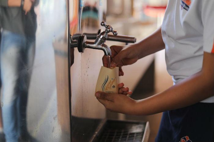 Escola elimina uso de copos descartáveis após sugestão de alunos
