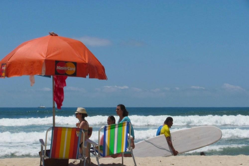 Procon fiscaliza venda casada de guarda-sóis e cadeiras em praias de Pernambuco; modalidade é proibida por lei