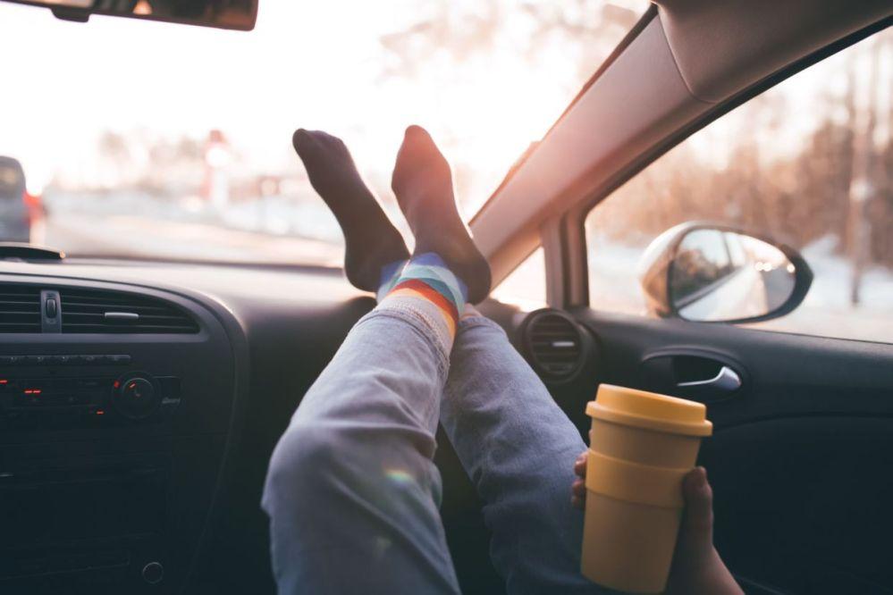 Apoiar pés no painel do carro pode causar lesões, diz especialista
