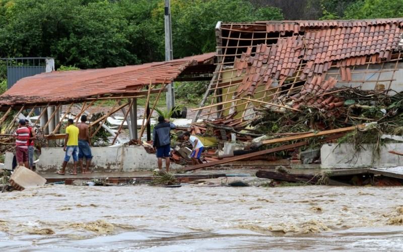 Ao mesmo tempo – Além do coronavírus, famílias do Nordeste lidam com inundações e muitos ficam desabrigadas