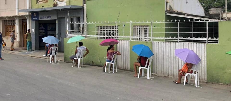 No Agreste, prefeitura oferece cadeiras, máscaras e sombrinhas para que usuários de agências mantenham distância segura em filas