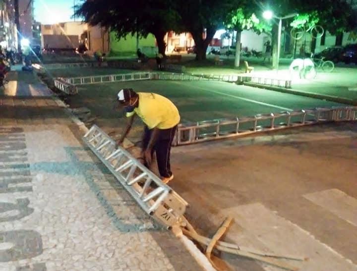 Após cobranças da população, prefeitura de Santa Cruz inicia instalação de tendas para amenizar espera em filas