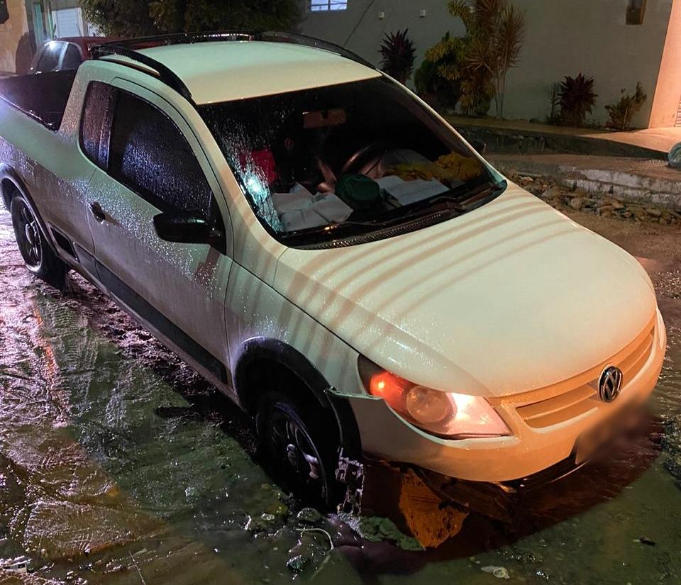 Veículo fica preso após cair em buraco na Rua Maria Lira de Moraes, em Santa Cruz do Capibaribe