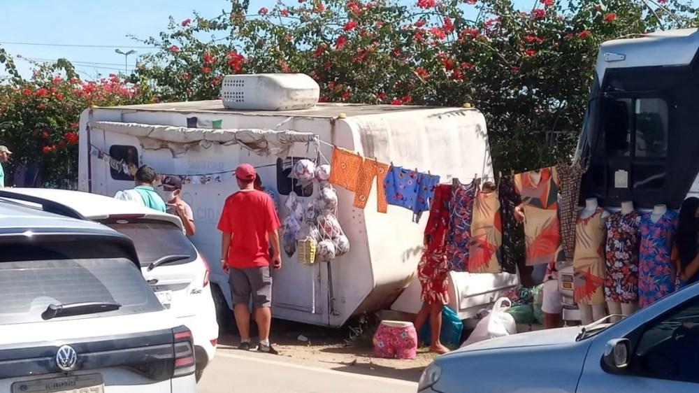 """Moradores de Santa Cruz do Capibaribe denunciam comercialização de roupas em espécie de """"feira livre"""""""