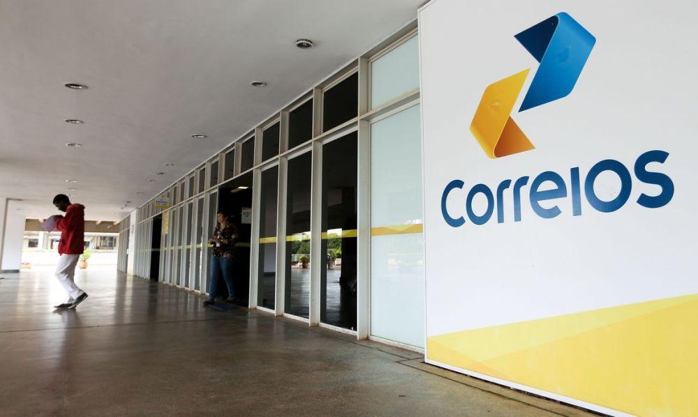 Funcionários dos Correios marcam greve e governo prevê nova crise na pandemia