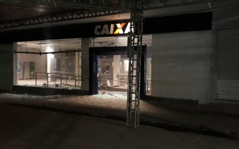 Suspeitos armados explodem agência da Caixa em Limoeiro, no Agreste