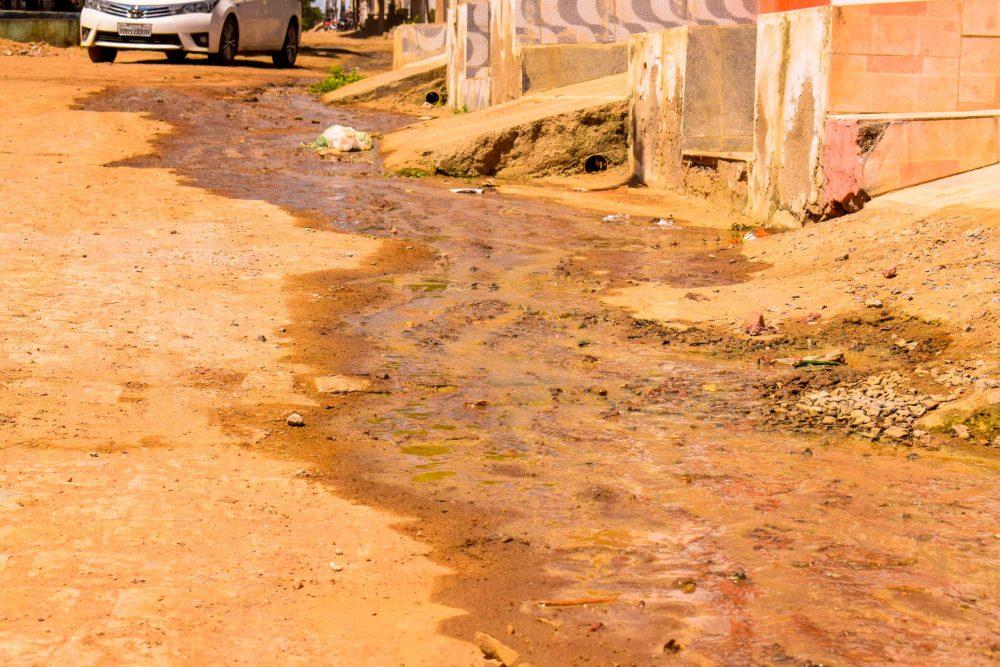 Desperdício – Cano estourado jorra água limpa há dias em Santa Cruz do Capibaribe