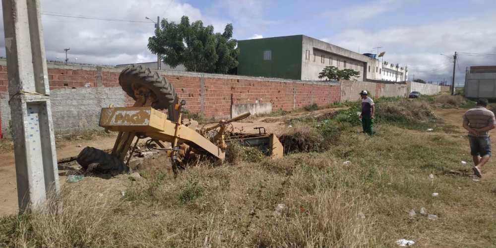 Máquinas patrol cai em buraco em Santa Cruz do Capibaribe