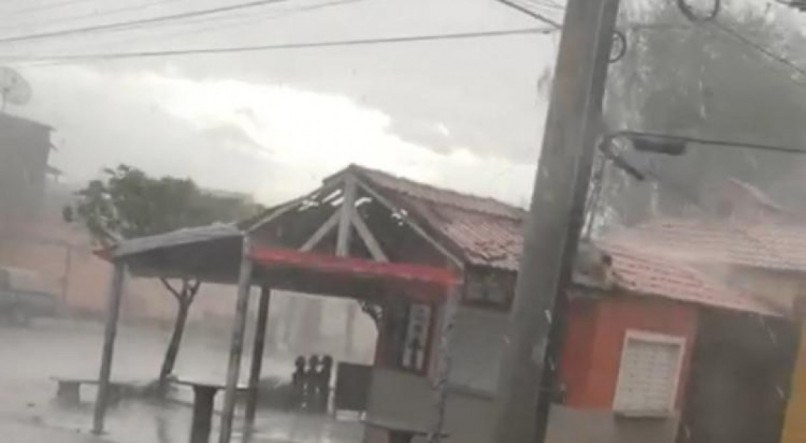 Temporal com granizo atinge no Sertão de Pernambuco, causa destruição e assusta moradores