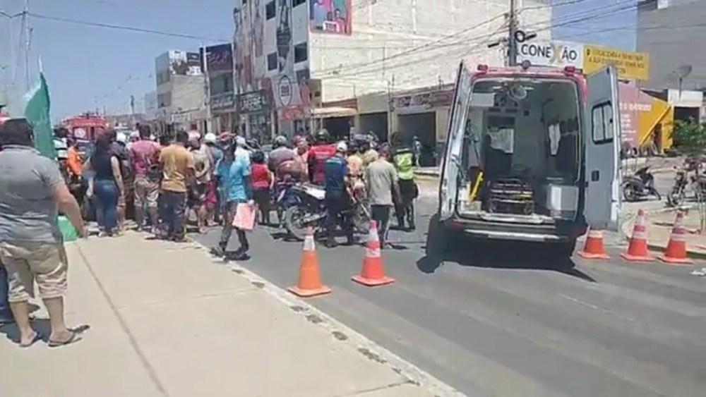 Batida entre carro e moto na PE-160 deixa uma pessoa ferida, em Santa Cruz do Capibaribe