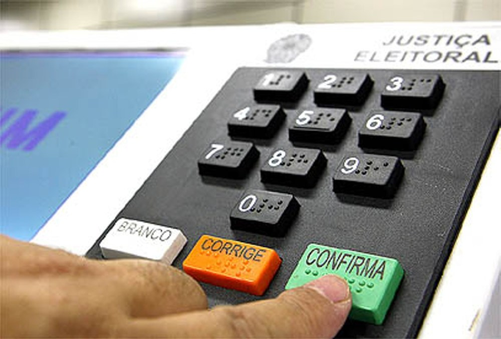 É crime eleitoral tirar foto da urna? O que não se pode fazer na hora do voto